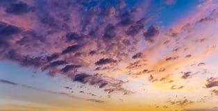Tramonto o cielo di alba sopra il mare Natura, tempo, atmosfera, tema di viaggio Alba o tramonto sopra il mare Panorama immagini stock