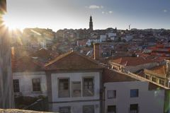 Tramonto a Oporto con la vista sopra i tetti fotografia stock