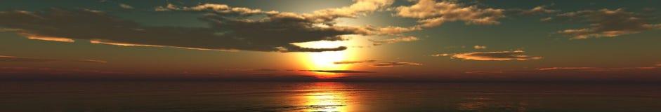 Tramonto panoramico sopra il mare, il sole nelle nuvole Nubi nel cielo fotografia stock