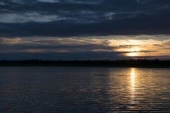 Tramonto piacevole sopra la superficie del lago Fotografie Stock