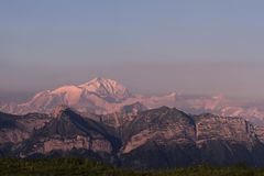 Tramonto porpora sopra il picco di Mont Blanc - alpi francesi, Chamonix-Mont-Blanc Immagine Stock Libera da Diritti