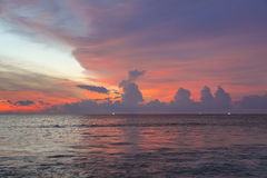 Tramonto porpora stupefacente sul mare delle Andamane, Phuket Fotografie Stock Libere da Diritti