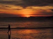 Tramonto positivo sopra il mare in Tailandia, spiaggia di Ao Nang, provincia di Krabi Immagine Stock