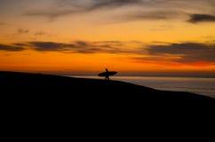 Tramonto praticante il surfing Immagini Stock Libere da Diritti