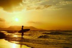 Tramonto praticante il surfing immagine stock