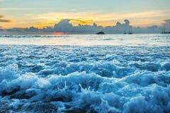 Tramonto radiante della spiaggia del mare immagini stock libere da diritti