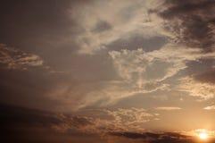 Tramonto, raggi del sole e nuvole Immagine Stock