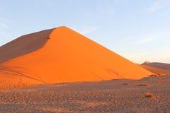 Tramonto rampicante di Sossusvlei della duna delle coppie, Namibia Fotografie Stock Libere da Diritti
