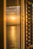 Tramonto riflesso nella finestra della casa fotografia stock libera da diritti