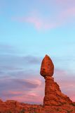 Tramonto ritardato d'equilibratura della roccia Fotografie Stock