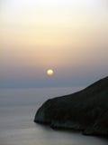 Tramonto. Roccia in mare ionico Immagini Stock Libere da Diritti