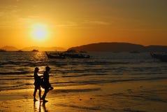 Tramonto romantico alla spiaggia di Ao Nang Fotografia Stock