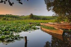 Tramonto romantico nel lago incantato Fotografie Stock Libere da Diritti