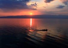 Tramonto romantico sopra il lago fotografia stock libera da diritti