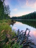 Tramonto rosa calmo calmo sul lago Natura della Russia ural Acqua dello specchio Immagini Stock