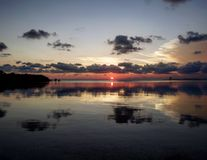 Tramonto rosa dell'isola con le riflessioni della nuvola Fotografia Stock Libera da Diritti