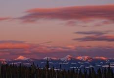 Tramonto rosa e porpora sopra la catena montuosa del canadese di Snowy Immagini Stock