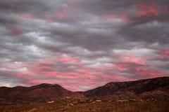 Tramonto rosa elettrico sopra le montagne di Catalina in Tucson, Arizona fotografia stock libera da diritti