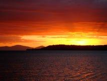 Tramonto rosso-cupo sopra il lago Taupo, Nuova Zelanda Fotografie Stock