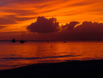 Tramonto rosso della spiaggia Fotografia Stock