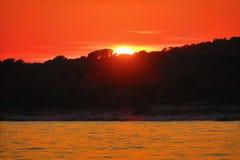 Tramonto rosso e riflessioni arancio sul mare Fotografia Stock Libera da Diritti