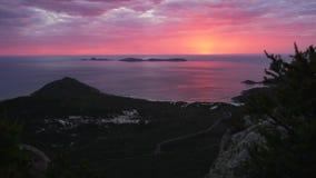 Tramonto rosso luminoso sbalorditivo sopra la promenade di Wilsons e la spiaggia stridula in Australia di estate archivi video