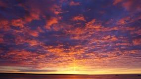 Tramonto rosso magico sopra l'oceano Fotografia Stock