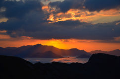 Tramonto rosso sopra le montagne in Cantabria Immagine Stock