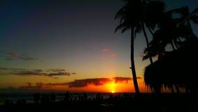 Tramonto rosso sulla spiaggia Fotografie Stock