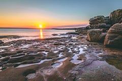 Tramonto sbalorditivo con gli stagni della roccia in una posizione isolata Fotografie Stock Libere da Diritti