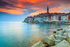 Tramonto sbalorditivo con la vecchia città di Rovigno, regione di Istria, Croazia, Europa Fotografie Stock