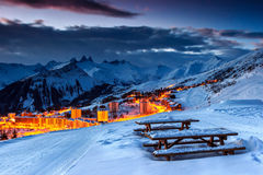 Tramonto sbalorditivo e stazione sciistica nelle alpi francesi, Europa Fotografie Stock