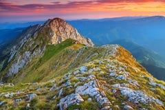 Tramonto sbalorditivo nelle alte montagne, Piatra Craiului, Carpathians, Romania Immagine Stock