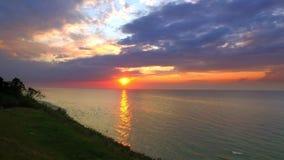 Tramonto sbalorditivo sopra il Mar Baltico con il raggio di sole e le nuvole, Polonia video d archivio