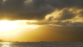 Tramonto sbalorditivo sopra la spiaggia di Airlie nel Queensland, Australia archivi video