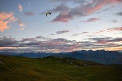 Tramonto sbalorditivo sopra le alpi svizzere Immagine Stock