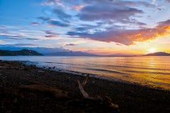 Tramonto scenico alla riva di Batangas, Filippine immagini stock libere da diritti