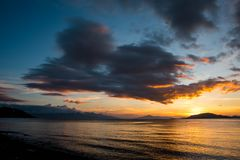 Tramonto scenico alla riva di Batangas, Filippine fotografie stock libere da diritti