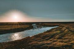 Tramonto scenico dell'Islanda alla cascata di Seljalandsfoss a sud dell'Islanda fotografia stock