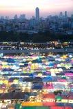 Tramonto scenico della vista aerea del mercato di notte di Bangkok Fotografia Stock
