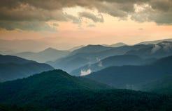 Tramonto scenico di estate della strada panoramica blu del Ridge Immagini Stock