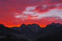 Tramonto scenico rosso sopra le dolomia di Comelico fotografia stock
