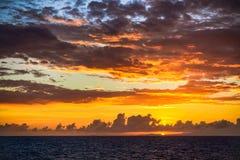 Tramonto scenico sul mar dei Caraibi con le nuvole scure contro un'arancia e Blu Sky Bello fondo fotografia stock libera da diritti