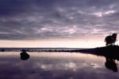 Tramonto scuro alle rive di mar Bianco (Solovki, Russia) Fotografia Stock