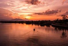 Tramonto sentimentale al fiume di Sarawak immagini stock libere da diritti