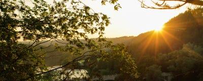 Tramonto soleggiato giallo - tramonto del paesaggio - pace calma fotografia stock