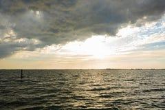 Tramonto sopra acqua fotografia stock