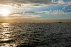Tramonto sopra acqua fotografia stock libera da diritti