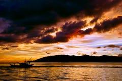 Tramonto sopra acqua increspata fotografia stock libera da diritti