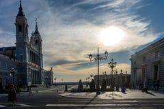 Tramonto sopra Almudena Cathedral osservato dal Nord a Madrid, Fotografie Stock Libere da Diritti